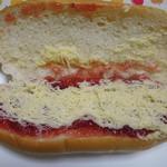 盛岡製パン - りバターとイチゴジャム チラっ