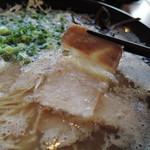 75156838 - チャーシューは2枚入り 味は出涸らし系の素朴で大人しい肉味。