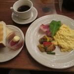 森の中の朝食とカフェの店 キャボットコーヴ - スクランブルエッグとトースト1000円 飲み物別