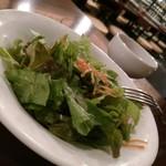 マルゴ ルナソラ - 先出しサラダ。酸味あるドレッシングが食欲を加速します。