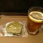 ホリーズカフェ - 抹茶ロールとアイスレモンティセット(¥400)