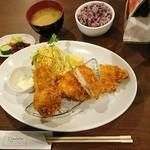 75164989 - 本日のおすすめ キスのフライ、チキンカツ、グラタンコロッケ 680円 プラス300円で定食セットにしました。