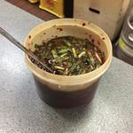 焼肉 門 - 薬味のニラ唐辛子漬け