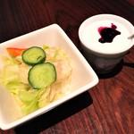 カフェ チョムチョム - サービスのサラダ&ヨーグルト