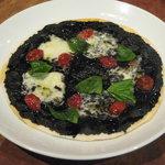 Vintage jr. - 気まぐれでこんなピザも。イカスミソース、ドライトマト、モッツァレラチーズのピッツァ。