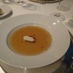 銀座 ハプスブルク・ファイルヒェン - とうもろこしの濃厚コンソメスープ サンクトベタースフィッシュとニーダーエスターライヒ州の生ハムを添えて
