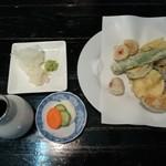 あっけら館 - 野菜天350円と漬物、薬味