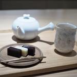 丸八製茶場 syn - 羊羹と加賀棒茶