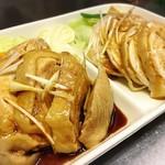 大貫本店 - 蒸し鶏ハーフ&ハーフ(熟成ダレ&棒棒鶏ソース)
