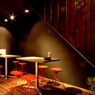 スタイリッシュなテーブル席。気軽な会食など、幅広い用途でご利用いただけます。
