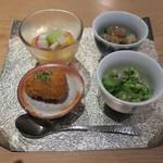 ゆう - 旬の豆皿:里芋のフライ あおさ海苔の塩、枝豆とブロッコリー 昆布出汁のゼリーと、こんにゃくと蓮根の柚子七味炒め、柿と菊花と隼人瓜(はやとうり)1