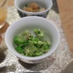 ゆう - 旬の豆皿:里芋のフライ あおさ海苔の塩、枝豆とブロッコリー 昆布出汁のゼリーと、こんにゃくと蓮根の柚子七味炒め、柿と菊花と隼人瓜(はやとうり)3