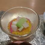 ゆう - 旬の豆皿:里芋のフライ あおさ海苔の塩、枝豆とブロッコリー 昆布出汁のゼリーと、こんにゃくと蓮根の柚子七味炒め、柿と菊花と隼人瓜(はやとうり)5