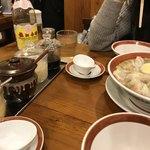75183282 - 2017/10 タレは、食べるラー油、にんにく醤油、塩しょうがダレ、たまねぎダレ…そして、中国伝統の味 「中国黒酢」 鎮江香酢( CHINKIANG VINEGAR)。基本的には塩辛い