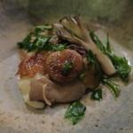 75187848 - 熊肉と鶏卵管のコンフィ 色々きのこ(舞茸 椎茸  平茸 ムキタケ チャダメツムタケ) ブルーチーズ入りマッシュポテトと2
