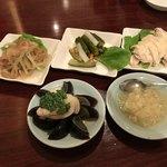 廣東飯店 - 前菜にクラゲ、ピータン、蒸し鶏、野菜の酢漬け