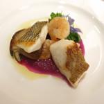 75192421 - 2種類の魚ポアレのアンサンブル メイチダイ アオハタ 大黒シメジ 小エビ アスパラ菜 紫キャベツのソース