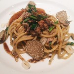 75198322 - 秋刀魚とヘーゼルナッツのスパゲッティ黒トリュフ風味