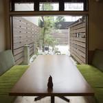 金沢町屋 はっち - 【お庭】坪庭が見えるソファー席