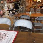 テキサスロングホーン - 大きな板のテーブルが配置された店内はアメリカンスタイルの雑貨と共に可愛らしいワンちゃんがお出迎えしてくれました。