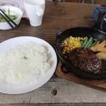 テキサスロングホーン - サラダをいただいてるとメインのハンバーグとご飯の出来上がりです。