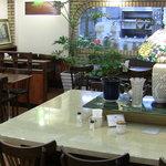ロア - イートインスペースです。全35席、開店当初からあるおっきなテーブルが目を引きます。