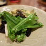 辺銀食堂 - 西表島野生筍と貝の魚醤炒め この大きな緑の野菜はオオタニワタリの新芽