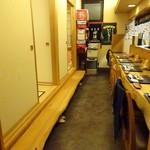 志乃家 - 店内はお座敷とカウンターの構成