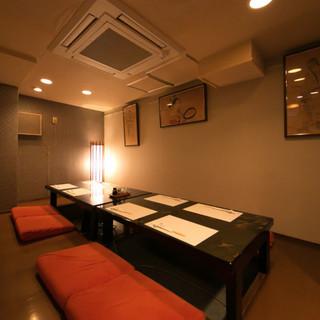 個室は2名から利用可能。接待やお祝い事にもおすすめ