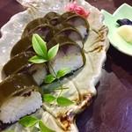 75205618 - 炙り〆鯖棒寿司1,800円、漬物盛り合わせ(大根、茄子、野沢菜)600円
