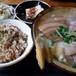 神山食堂 - 色々と迷ったんですが、店長お勧めの、店名にもなっている、神山そばセット750円にしましたよ。 わおっ、美味しそうですよね~。