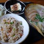 神山食堂 - 沖縄そば、ジューシー、小鉢、サラダがセットになって料理です。 では、何時ものように、個別に見ていきましょうか。