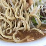 75214379 - 麺は細め、スープはブタ出汁出てます!