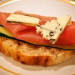 ピッツェリア ノヴァンタノーヴェ - お土産にもらったピッツァ生地のパン(自宅で生ハム&ブルーチーズを乗せて食べる