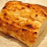 ピッツェリア ノヴァンタノーヴェ - お土産にもらったピッツァ生地のパン