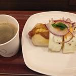 メゾンカイザー仙台 - 目玉焼きとカレーのホットドック