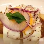 メゾンカイザー仙台 - 目玉焼きとカレーのホットドック(温めて2つに切ってくれます)。