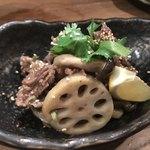 スタンド メェ - 牛肉とれんこんのタイ風ゴマ炒め