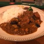 チリビリビン ホットクラブ - ナスとひよこ豆のチキンカレー