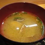 Kaisenyakaishimmaru - 丼には味噌汁のセットになってました、この日はアサリのたっぷり入った味噌汁です