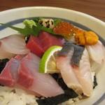 Kaisenyakaishimmaru - 厳選海鮮丼にはイクラ、トロ、ウニ、車エビ等の高級食材も刺身として使われてました。