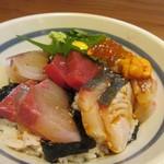 Kaisenyakaishimmaru - 添えられたゴマダレをぶっかけると素敵な海鮮丼の出来あがりですよ。                          食べたかった海鮮丼を口に出来て満足なランチでした。