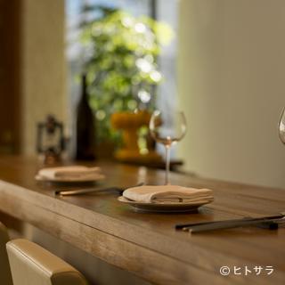 会話や料理を楽しみながら落ち着いた時間を過ごす大切な記念日
