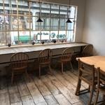 カフェ豆茶 - 奥は商店街を見下ろすカウンター席(2017.10.24)