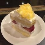 75258411 - 苺のシフォンケーキ