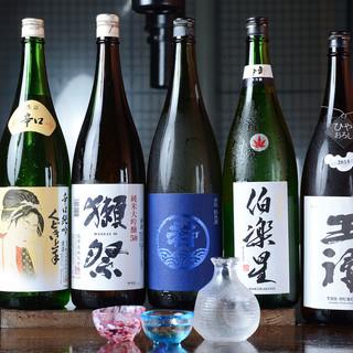 多彩なドリンクで喉を潤す♪店主厳選の日本酒に舌鼓◎