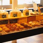 ブランジェカイチ - お昼時には50種類の焼き立てパンが並びます