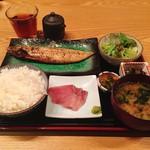 阿吽亭 - 天然ブリ刺身とサバ炭火焼定食@880円 この内容で880円とは…かなり気前がいいです。特においしかったのは焼サバ。