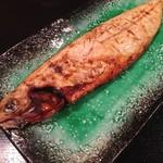 阿吽亭 - 天然ブリ刺身とサバ炭火焼定食@880円 焼サバは炭火焼。身がホワホワで甘く、さすがのおいしさ。塩分控えめなのも嬉しい。