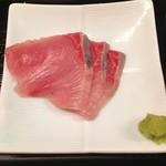 阿吽亭 - 天然ブリ刺身とサバ炭火焼定食@880円 お魚は夜用に多く仕入れて翌日のランチに回しているものと予想。聞いた話によるとお魚系のメニューは早くに売り切れになることも多いとか。素材はとても上質。
